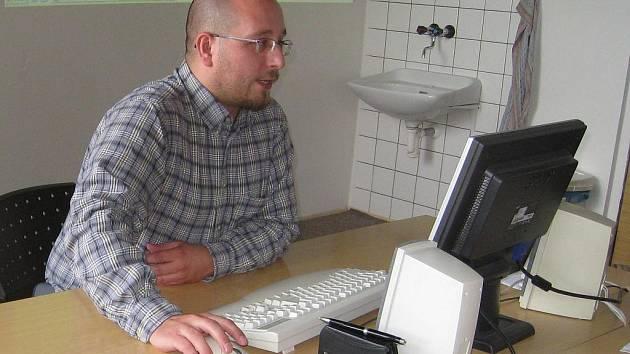 Velký zájem seniorů, ale i mladší generace zaznamenaly všechny typy počítačových kurzů. Na snímku zasvěcuje do základů tvorby webových stránek Martin Korous.