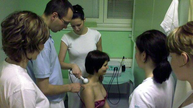 Nácvik aplikace ultrazvuku v rámci předmětu Fyzikální terapie  na oddělení elektroléčby pod vedením Marka Zemana.