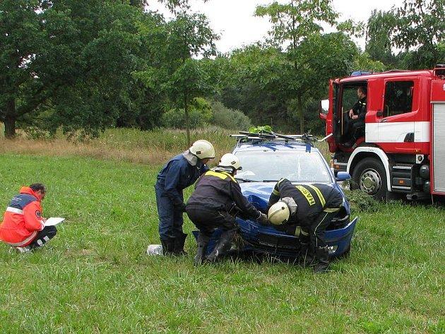 Zasah hasičů u nehody v Ševětíně.
