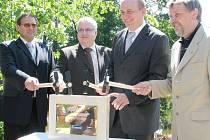 Novořecká hráz a splavy. Ministr zemědělství Petr Gandalovič poklepává na základní kámen nových Novořeckých splavů.