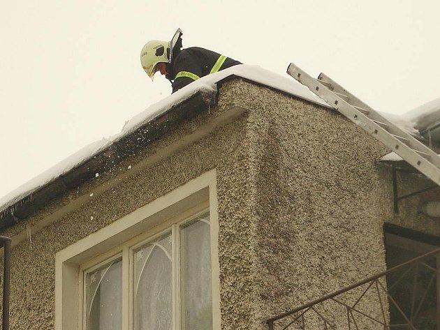 Tající sníh na střeše jednoho domu v Suchdole nad Lužnicí promáčel strop.