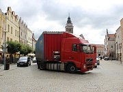 Řidiče kamionu přivedla na historické náměstí ve Slavonicích navigace.