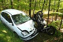 U Třeboně ve směru na Majdalenu se střetlo osobní auto s motorkou. Motocyklista na místě zraněním podlehl.
