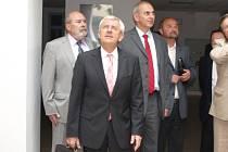 Ministr zdravotnictví Leoš Heger při páteční prohlídce nemocnice.