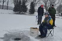 Na zamrzlém humpoleckém rybníku trpělivě čekalo na každý záběr kolem třiceti rybářů i nerybářů zachumlaných v teplém oblečení.