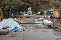 V úterý 24. října to na staveništi mostu přes Želivku rozhodně nevypadalo, že zde budou moci od listopadu zase jezdit auta. Firma ale slíbila, že termín stihne.