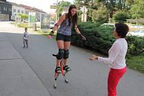 Humpolecké skákací boty budí pozornost kolemjdoucích. Přesvědčila se o tom i Tereza Konířová (na snímku).