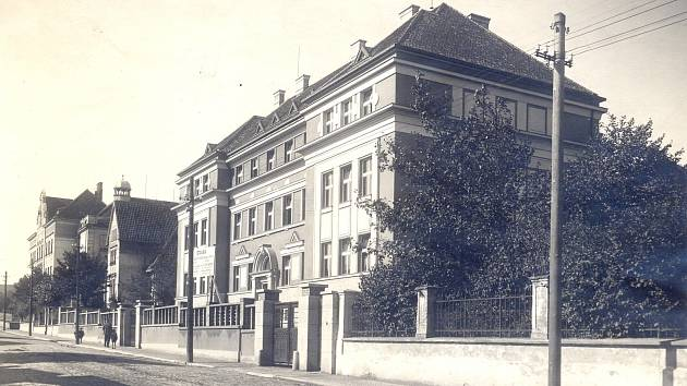 Fotografie byla patrně pořízena na konci dvacátých let dvacátého století, kdy byla budova ZUŠ Gustava Mahlera v Humpolci postavena.
