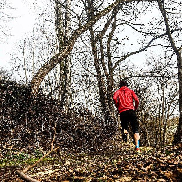 Běh je pro mě sportovní aktivitou číslo jedna. Tvoří nějakých osmdesát procent mého tréninku. Běhám ve všech možných terénech. Líbí se mi hlavně tratě vpřírodě, když jsem vPelhřimově, tak nejraději vyrážím na Křemešník.