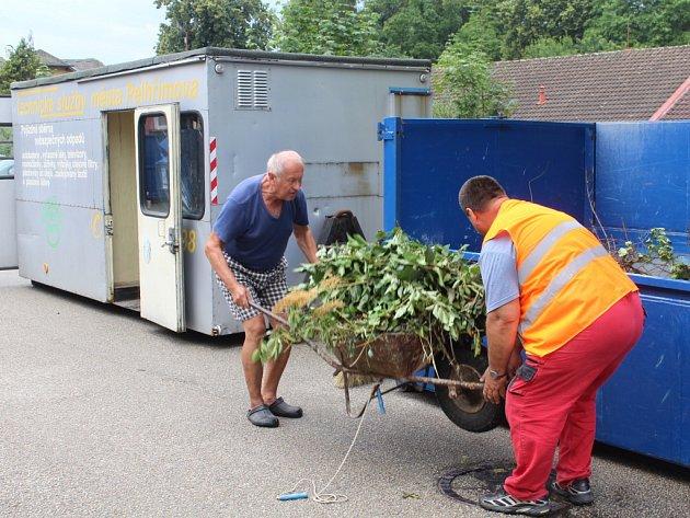 Ve středu přistavili pracovníci Technických služeb města Pelhřimov do ulice Na Obci tři velkoobjemové kontejnery.