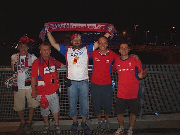 Do polské Vratislavi vyrazili v sobotu podpořit český tým (zprava) Petr Komárek, Hubert Faltus, Radek Procházka, Petr Valenta a jeho kamarád. Všichni jmenovaní se znají z práce.