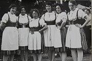 1971 – První členky souboru Stražišťan. Na fotografii je zleva Marie Holakovská, Marta Veselá, Jožka Hájková, Jana Truhlářová, Marie Gabrielová, Jitka Jechová.