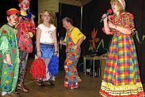 Více jak stovka dětí zavítala v neděli po druhé hodině odpolední do kejžlického kulturního domu, aby  se zde vydováděla na maškarním plese.  Program byl plný písniček a uváděla jej Inka Rybářová.