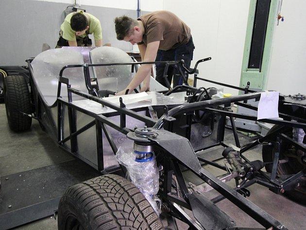 Pelhřimovští studenti si staví své auto.