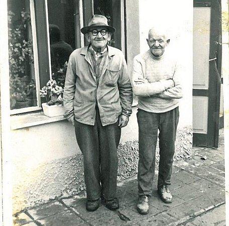 Alois Bejček (vpravo) byl hlavním strůjcem zábavy vdobách, kdy sál plnily až dvě stovky lidí. Byl skvělým hráčem  na saxofon. Na snímku se štamgastem Krupkou zLísek.