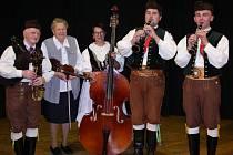 Stražišťan udržuje  tradice, tance a písně, aby neupadly do zapomenutí.  Na snímku vlevo je jeden ze zakládajících členů folklorního souboru – vedoucí muziky František Zajíc.
