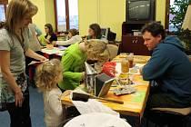 Během středečního odpoledne se mohli malí i velcí zvědavci zúčastnit tradičního medování.
