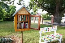 Knihobudka před základní školou v Božejově.