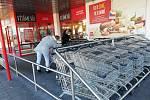 Před Penny marketem v Kamenici nad Lipou fronty kolem poledne nebyly.