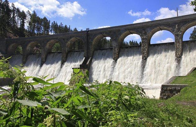 Přetékající Sedlická přehrada.