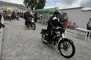 Motocyklovým veteránům vévodil stoletý jubilant.