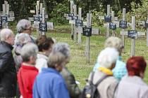 Několik desítek lidí se v neděli sešlo na tradičním pietním aktu u Památníku D1 v Jihlavě-Pávově. Na symbolickém hřbitově obětí nehod na nejfrekventovanější české dálnici D1 přibyl další kříž za dvacet lidí, kteří na D1 loni zahynuli.
