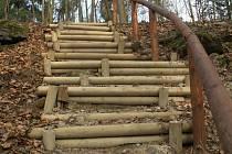 Trnem v oku je Štěpánu Kučerovi schodiště, které je součástí projektu Procházka kolem Kamenice. Vadí mu hlavně podpěrné kůly. Ty by se podle starosty Ivana Pfaura měly nejpozději do jara přesunout mimo schodiště.
