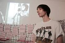 David Novotný přivezl ve čtvrtek do Pelhřimova videoklip písně I Know My Love/We're Still Together, v němž se objevují jeho hudební kamarádi, s nimiž nahrál hudbu.