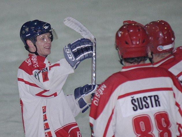 Pelhřimov sice s Kutnou Horou prohrál, ale debutant v jeho dresu Adam Mikšovský (vlevo) rozhodně nezklamal. Už v první třetině si do individuálních statistik připsal dva kanadské body.