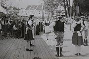 1975 – Kozimberské posvícení v roce 1975. Soubor Stražišťan zde tancoval Českou besedu.