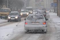 Varování meteorologů se potvrdila, přívaly sněhu zaplavily také Pelhřimovsko. Hustější sněžení dorazilo nejprve na Humpolecko. Jezdit se po kluzké silnici nechalo, ale jenom pomalu a nanejvýš opatrně.