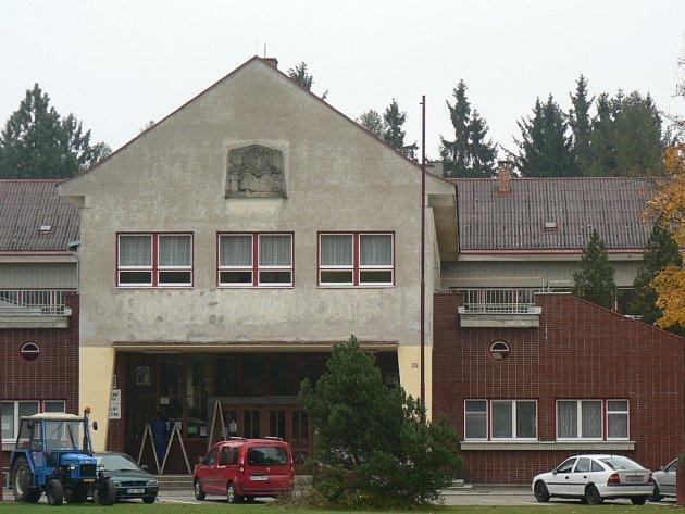 Objekt Základní školy v Černovicích byl uveden do provozu v roce 1953. Kromě plastových oken je budova původní. Do konce roku na střeše školy přibude fotovoltaická elektrárna.