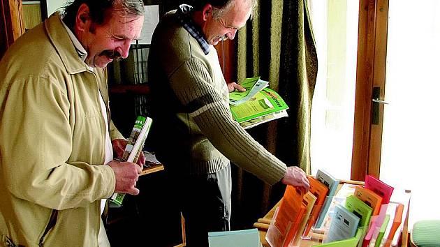 Účastníci lukaveckého semináře si mohli odnést s sebou domů letáčky o všech odzkoušených odrůdách brambor, které se hodí pro škrobárenské účely.