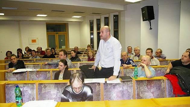 Obyvatelé Polního Dvora přišli vyjádřit názor na schůzi zastupitelstva – hovoří jejich mluvčí Pavel Hájek.