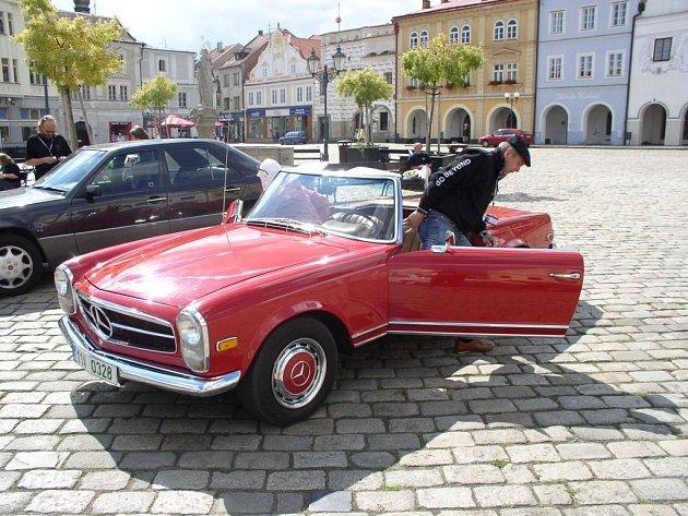 Český Merecedes-Benz klub se rozhodli oslavit 45. výročí založení klubu soutěžní víkendovou projížďkou po Pelhřimovsku.