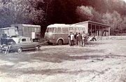 Technické zabezpečení okresní střelecké ligy v květnu 1979 představovaly maringotky JZD Svornost. V jedné se vyhodnocovaly výsledky a ve druhé bylo občerstvení.