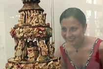 Téměř sto třicet let starý dort v pelhřimovském muzeu patří mezi opravdové unikáty. Jediný podobně starý cukrářský výrobek se zatím podařilo najít pouze v Mexiku.