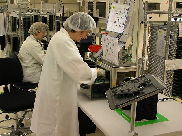 Pracovníci v jiřické výrobní hale společnosti CEL obsluhují špičkové automaty. Nejvyšší kvalita se v automobilovém průmyslu považuje za samozřejmost.