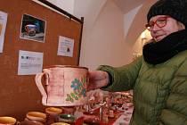 Výstava Fokusu Vysočina na pelhřimovském Masarykově náměstí láká hlavně na keramiku.