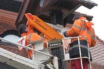 Největší turistický rozcestník se opět vrátil na pelhřimovské náměstí