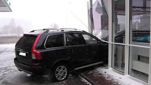 Nehoda terénního volva na dálnici D1 skončila jedním lehkým zraněním a škodou za 650 tisíc korun.