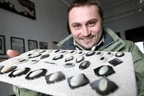 Jakub Baloun ukazuje exponáty z perleti, které lze vidět v Žirovnici.