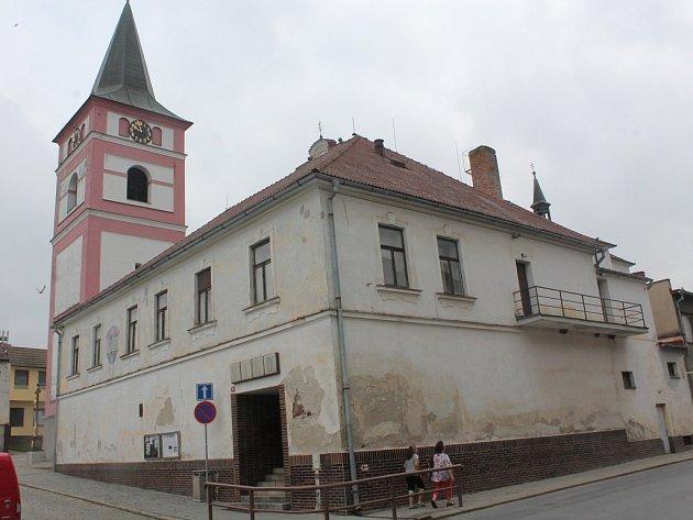 Budova kina v Černovicích je v posledních dvou letech využívána jen minimálně, a tak chátrá.