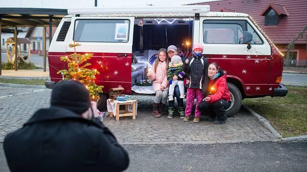 """Pelhřimovskem teď jezdí klasická """"hipísácká"""" dodávka, kterou Ondřej Veselý se svými kamarády předělal na vánoční autobus."""