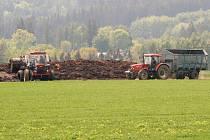 Obyvatele Velké Černé u Salačovy Lhoty už léta trápí ohromný kompost. Vadí jim nepříjemný zápach, ale především to, že hnojiště leží nedaleko vodojemu, odkud teče samospádem voda pro potřebu celé vesnice.