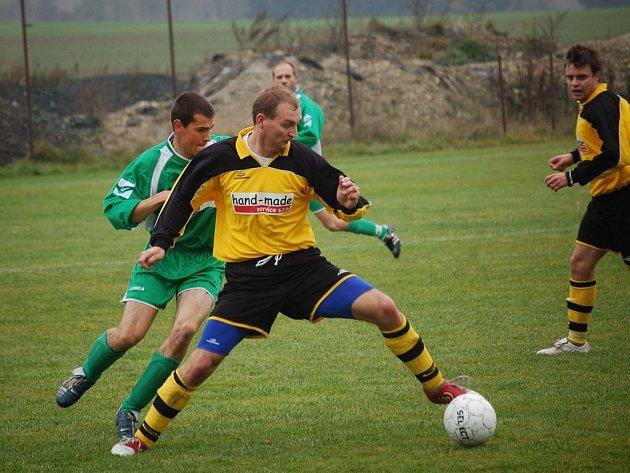 Vyrovnaný zápas nabídlo sousedské derby mezi Ústrašínem a Kamenicí. Ze zisku bodů se nakonec radovali domácí, k čemuž přispěl gólem Tomáš Dedera (na snímku).