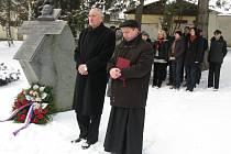 U Vaňkova památníku se o letošních Velikonocích sešla veřejnost i zástupci města a církve.