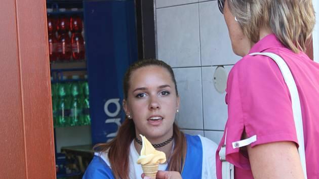 Pelhřimovští prodejci zmrzliny mají během horkých letních dní více zákazníků. Lidé prý mají zájem  jak o kopečkovou, tak i o točenou.