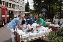 Před budovou už byli připravení sanitáři, kteří převáželi pacienty do náhradních prostor.