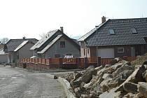 V lokalitě na Polním dvoře panuje stavební ruch neustále. I přesto, že zájem o nové parcely není kdovíjaký.